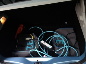 Dans la vraie vie, les câbles trainent dans le coffre.