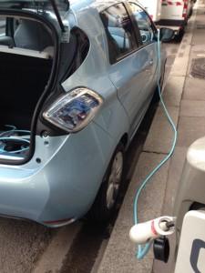 Le branchement se fait avec le câble de recharge rapide Renault.