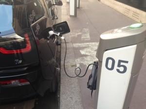 """Avec l'abonnement à carte Jaune """"Recharge véhicules privés"""", accès à la prise Scooter des bornes parisiennes."""