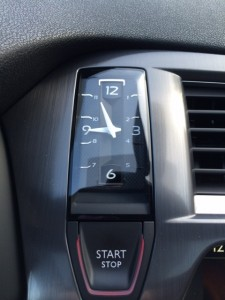 """La pendule de bord à un look rétro très agréable. De plus, elle est idéalement placée au dessus du bouton """"start and stop"""""""