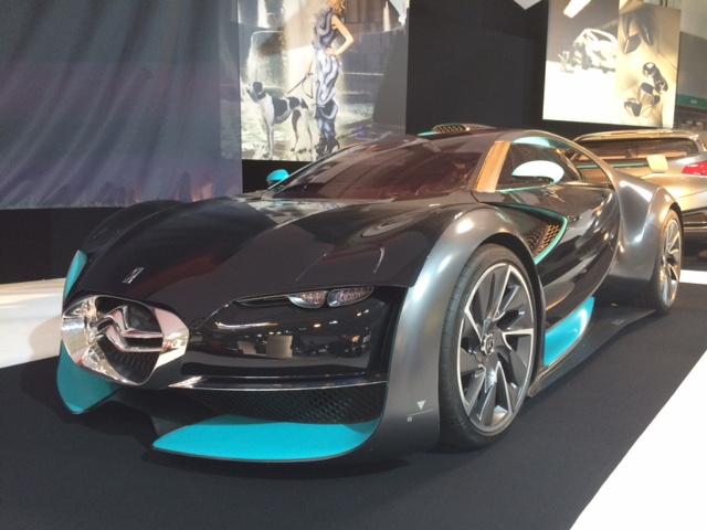 Survolt renverse les idées reçues en alliant le glamour et l'extravagance de la haute couture avec le dynamisme de la compétition automobile, tout en ajoutant une touche d'impertinence avec sa motorisation 100% électrique.