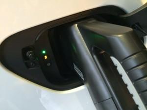 Sur la e-Golf, comme sur l'Audi A3, facile de s'y retrouver à l'aide des voyants aux cotés de la prise Combo.