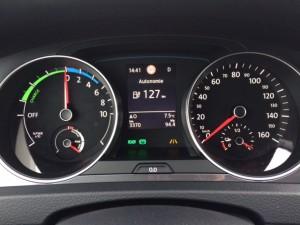A gauche, compteur de gestion de l'énergie, à droite la vitesse et au centre, menu contextuel paramétré au volant (Autonomie, Navigation, Radio, Modes, ...)