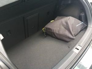 Les batteries sont sous le coffre, alors il n'est pas très grand. Housse VW pour le rangement des 2 câbles.